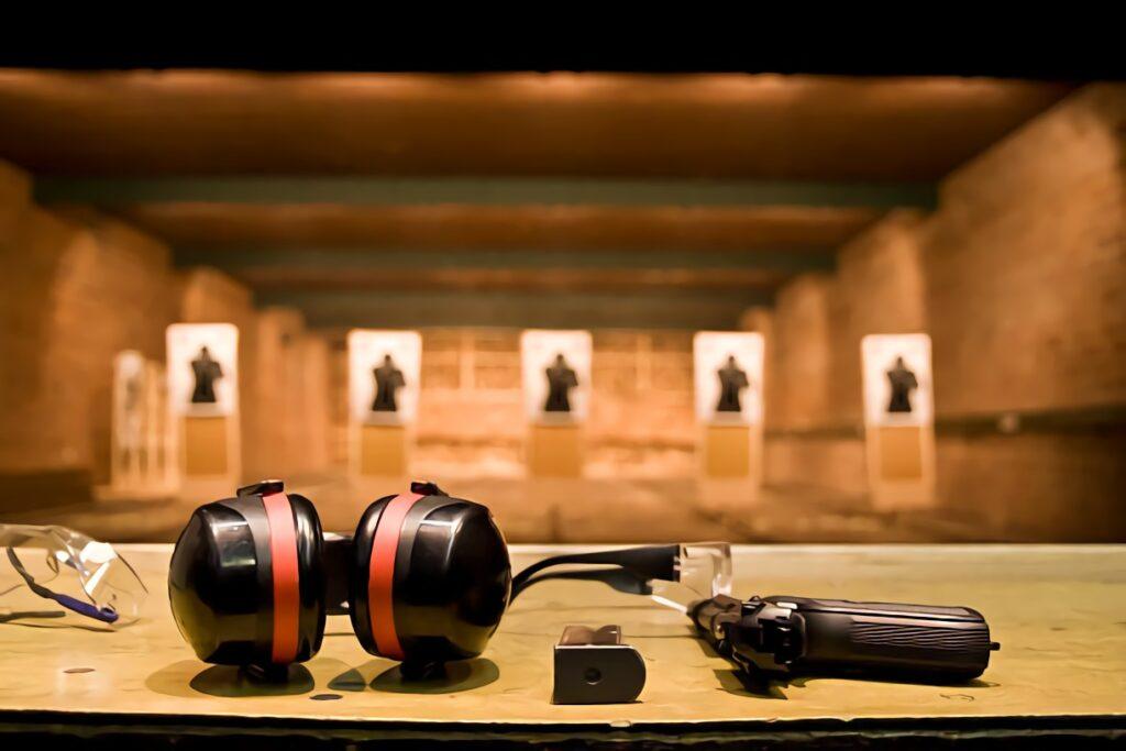 un casque anti bruit sur le comptoir d'un stand de tir