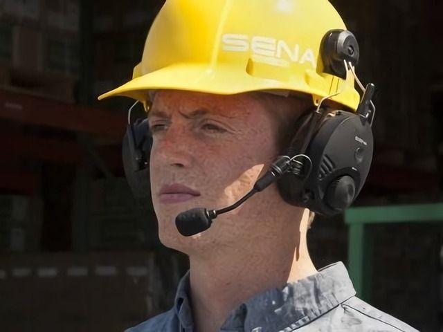 chef de chantier portant un casque anti bruit bluetooth