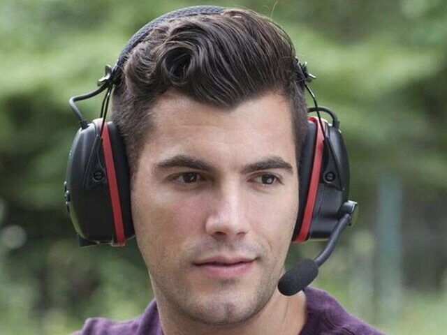 jeune homme avec un casque anti bruit radio