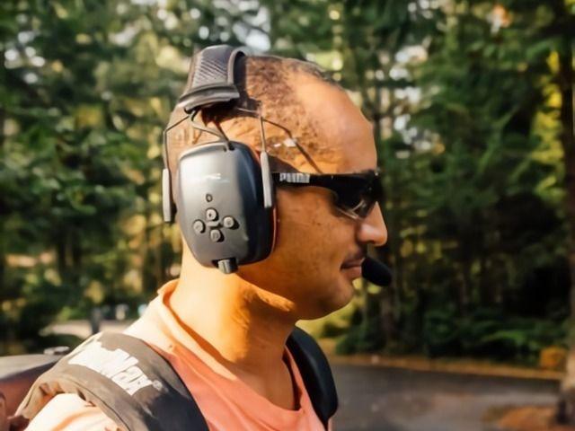 un randonneur portant un casque anti bruit passif